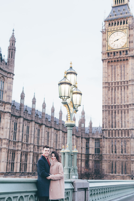 tourist-couple-photoshoot-at-london-landmarks1