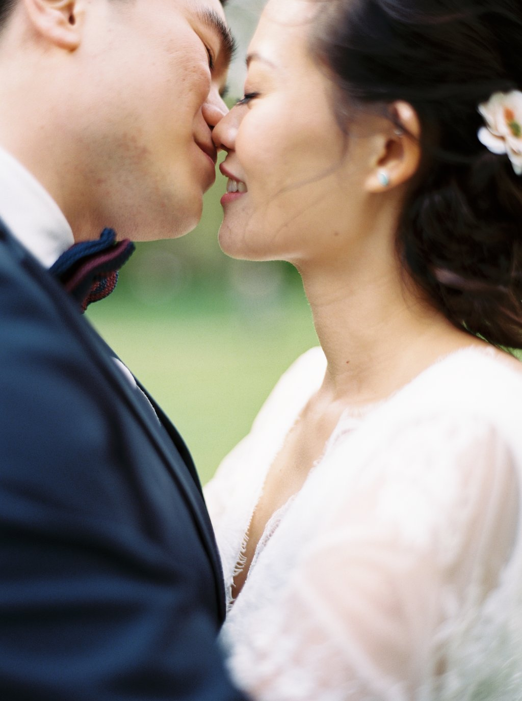 Oversea per wedding photography London Westminster House of Parliment kiss
